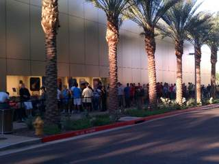 Line_outside_Scottsdale_Apple_store_20120921074650_JPG