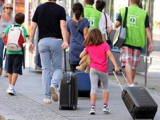 Family_with_luggage_20120925100432_JPG