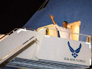 Barack_Obama_on_Air_Force_One_20121227065723_JPG