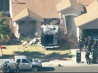 SWAT_teams_enter_barricaded_home_599060000_JPG