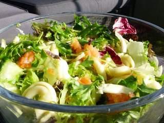 Do school salad bars affect eating habits?