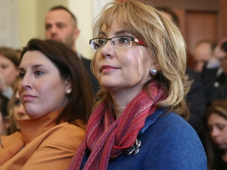 Tucson honors Giffords, other victims on aniv.