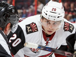 Coyotes' Strome scores with opponent's stick