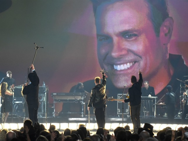 Eddie Montgomery honors bandmate Troy Gentry at CMA Awards